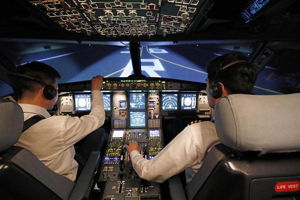 周刊报导,近15年来,陆续被大陆高薪挖角的近300名台籍机师,已有近百名返台。图为航空业飞行技能大赛,机师正在训练模拟器内进行操演。示意图非当事人。(资料照/中新社)