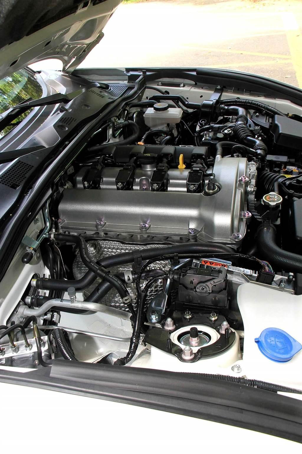 配置在前軸之後的2.0升自然進氣四缸引擎,自2019年式開始的馬力輸出從原本160 ps大幅躍升至184 ps。另外,強化燃燒效率讓扭力也得以增加了0.5 kgm至20.9 kgm,其在各轉速區域皆有顯著增加,高轉速域更有充沛的表現,而最高轉速可達7,500 rpm,基本上在7,000 rpm之內,都能讓駕駛者在各檔位感受到持續不斷的動力產出,快意體驗流暢拉轉速的線性加速感。