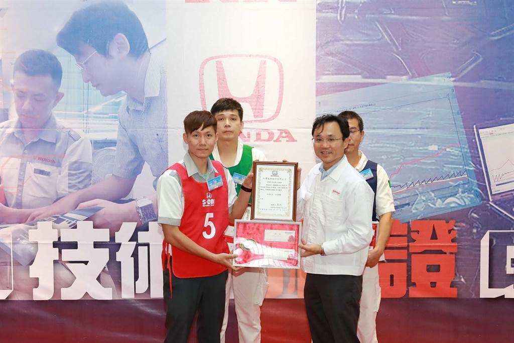 豊田誠社長親自為模範選手授證。