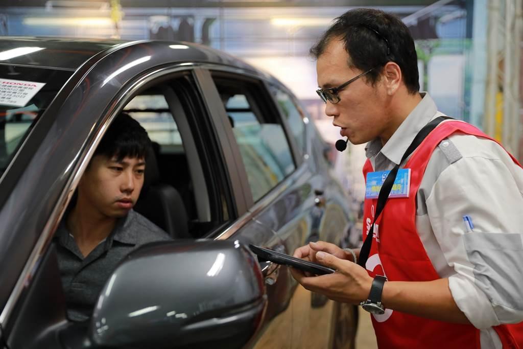 車主進廠時,SA運用e化系統接待。