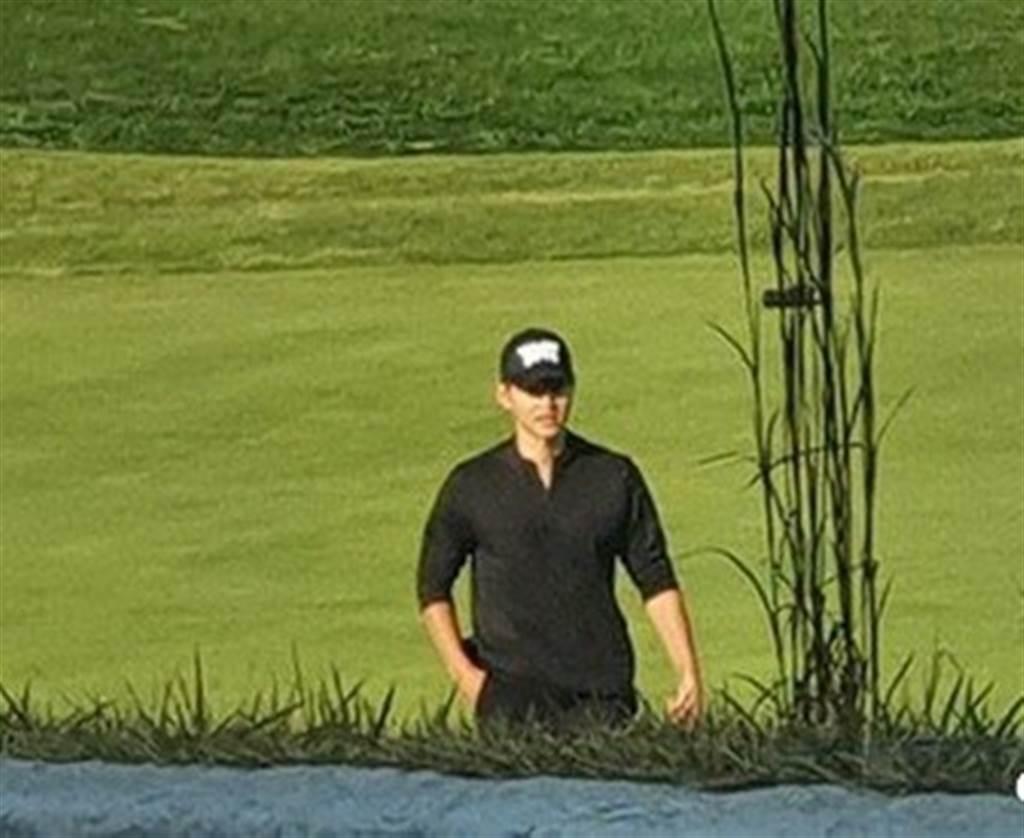 宋仲基打高爾夫球近照流出,身材明顯變壯碩。(取自韓網)