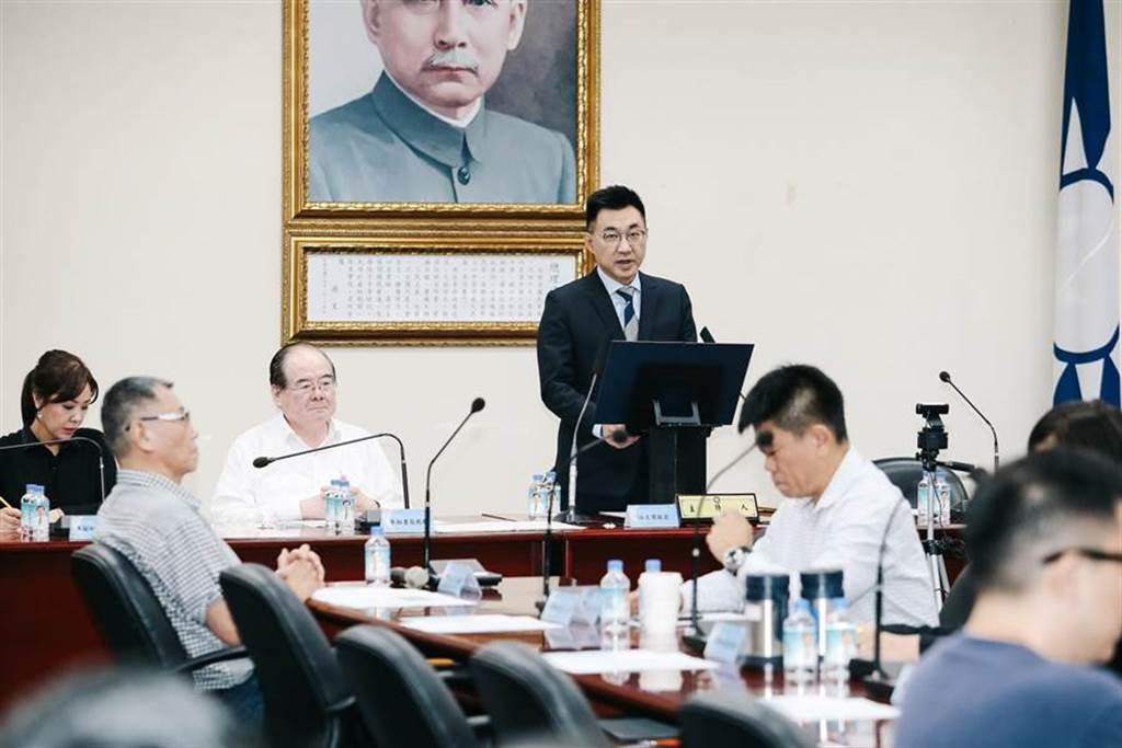 國民黨主席江啟臣(後右)28日主持中常會時強調,國民黨站在民主憲政的立場,不分朝野都有責任確保媒體工作者,不會因為站在政府的對立面,就被剝奪工作權。(郭吉銓攝)
