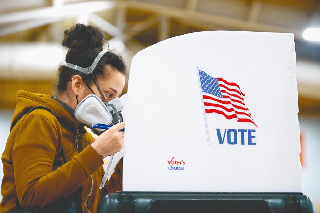 美國總統大選倒數7天,目前已有逾6100萬民眾提前投票。不過,民主黨總統候選人拜登之子韓特的醜聞越滾越大,加上拜登在辯論會上對石油開採立場搖擺,目前有至少7個州允許選民更改他們寄回的選票,這勢必為混亂的本屆大選再添更多變數。(路透)
