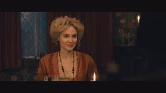 安潔莉娜裘莉甩冷豔性感  《愛麗絲與夢幻島》母愛迸發