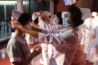 中華醫大護理系加冠 305生宣誓成為南丁格爾