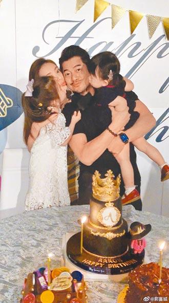 郭富城55歲生日妻女夾攻獻吻
