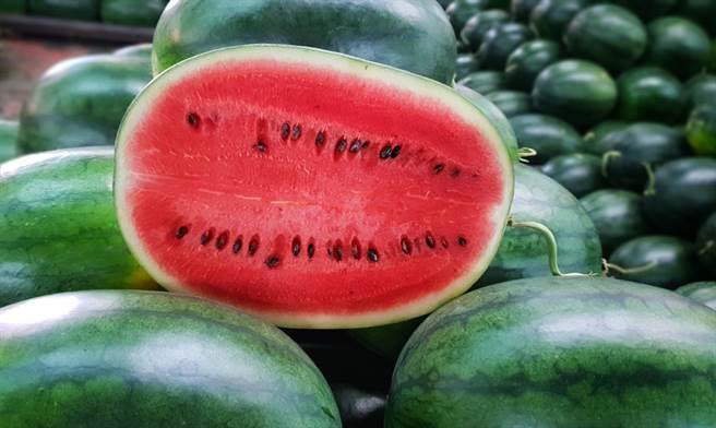 西瓜「洩氣」只剩下一層皮的樣子,一名在水果行工作的網友表示,這是因為西瓜過熟爆掉了,此時流出來的汁超級臭。(圖/Shutterstock)