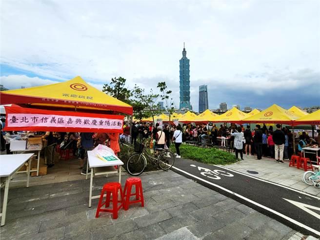 台北市信義區嘉興里今年的重陽節活動共有35個攤位,吸引許多里民扶老攜幼參加。(圖/業者提供)