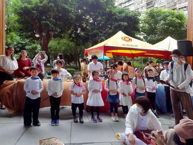 台北市大安區昌隆里今年舉辦「小小茶人」活動,小朋友向爺爺奶奶們奉茶,象徵重陽敬老的精神。(圖/業者提供)