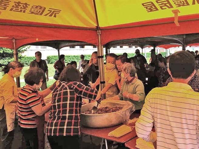 台北市松山區美仁里舉辦「重陽敬老共餐活動」,美味豬腳與壽桃受到里民熱烈迴響。(圖/業者提供)