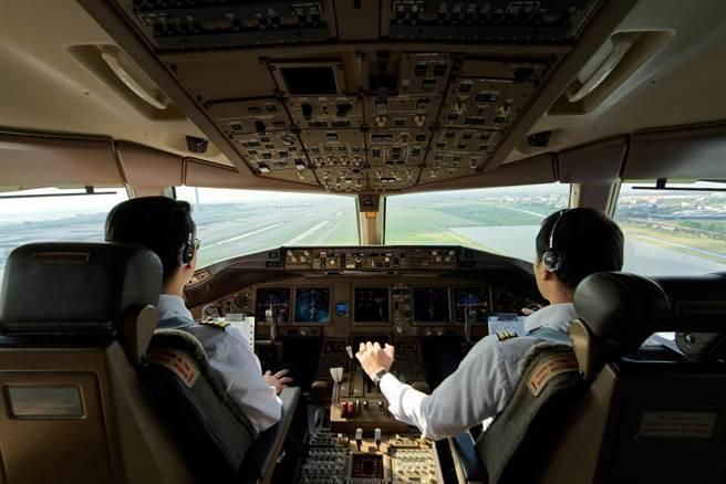 當年大陸航空業興起時,大舉挖角台籍機師,其中有名機師因發生偷吃購物天后醜聞,遭公司停飛,之後跳槽四川航空,遭老東家提告求償。(示意圖,達志影像/shutterstock)