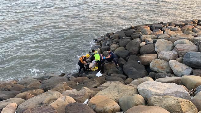 鹿港吉安海堤發現溺斃男子,彰化縣消防局第三大隊救援。(彰化縣消防局第三大隊提供/吳敏菁彰化傳真)