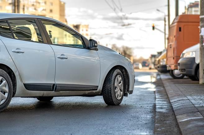 男網友在紅線上停車遭拍照檢舉,但照片卻讓他相當喜歡。(示意圖/達志影像/Shutterstock提供)