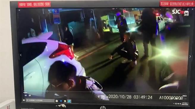 警方啟動快打部隊壓制衝突。(王揚傑翻攝)
