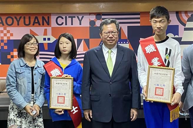 林瀚彰、林鈺娗兄妹檔棋藝高超,短短7年雙雙晉升為職業棋士,其中妹妹林鈺娗是全台14名職業女棋士中最年輕者。(蔡依珍攝)