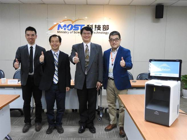 台大機械工程系教授蕭浩明(右起2)率團研究,並成功開發全球首創「腦中風快篩」創新影像技術,並於今(28)日在科技部舉行記者會。(科技部提供/李侑珊台北傳真)