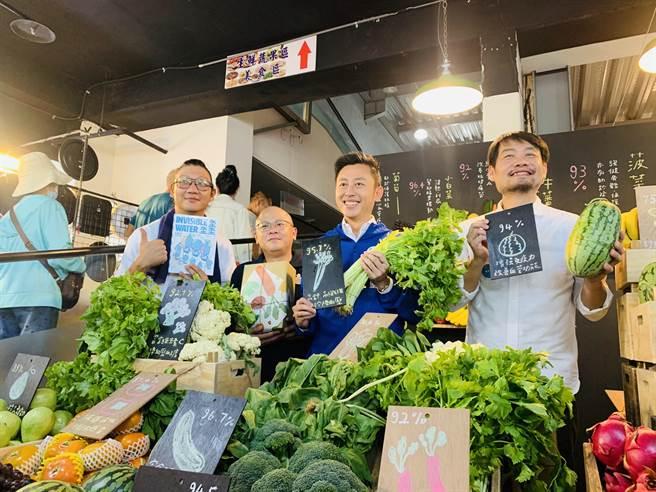 新竹市「竹塹三態子守護祭」28日起至11月1日於竹蓮市場開展,市長林智堅(右二)邀請民眾來看展兼買菜。(陳育賢攝)