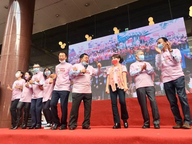 徐旭東(中)帶領遠百高層為周年慶造勢,過去不穿粉紅色,破例穿Hello Kitty粉紅T恤,是希望大家「happy together」。(郭家崴攝)