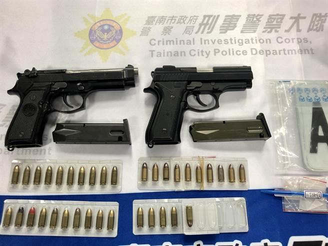陳男遭逮時見脫逃無望將裝有改造手槍的包包往外丟,警方發現槍支已經上膛。(讀者提供/莊曜聰台南傳真)