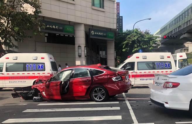 台中市文心南路,28日下午發生公車、貨車等5車連環撞,一輛紅色汽車,受損嚴重,車內孕婦受到驚嚇。(第四分局提供/黃國峰台中傳真)