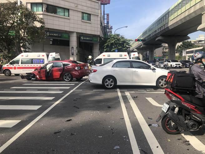 台中市文心南路,28日下午發生公車、貨車等5車連環撞,7人輕重傷,多輛救護車到場。(第四分局提供/黃國峰台中傳真)