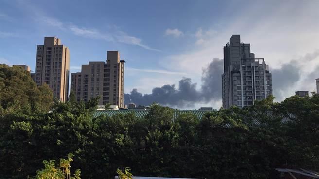 桃園市龜山區1間電子工廠發生火警,有2人獲救。(翻攝照片/賴佑維桃園傳真)