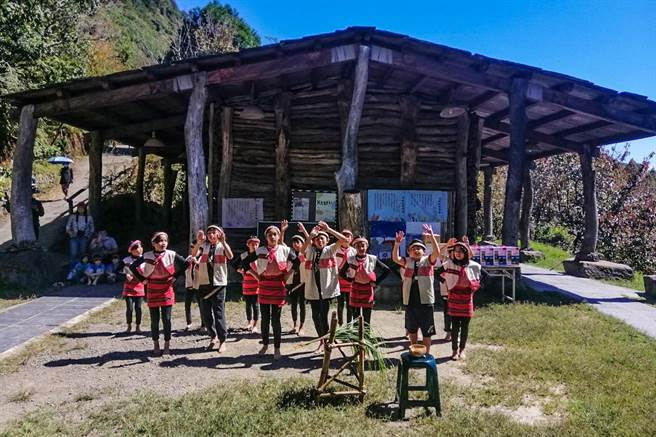 新竹縣最偏遠的新光國小司馬庫斯實驗分班有21名學生。(縣府提供/羅浚濱新竹傳真)