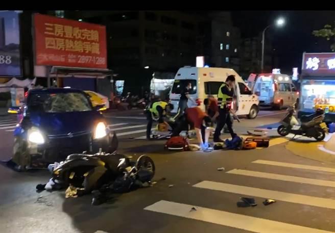 奇岩捷運站旁(27日)深夜發生嚴重車禍,雙載騎士與轎車對撞,23歲林姓騎士與後座19歲女乘客命危送醫搶救。(照片/翻攝《台北之北投幫》社團)