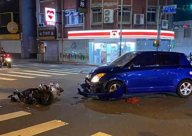 雙載機車與藍色自小客車對撞,造成林姓騎士與後座女乘客命危。(照片/翻攝《我是北投人》粉絲團)