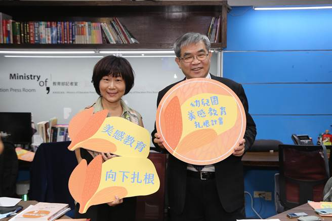 教育部次長蔡清華(右)說,《無聲》這部電影,他看了以後覺得心情很沈重。(教育部提供/林志成台北傳真)