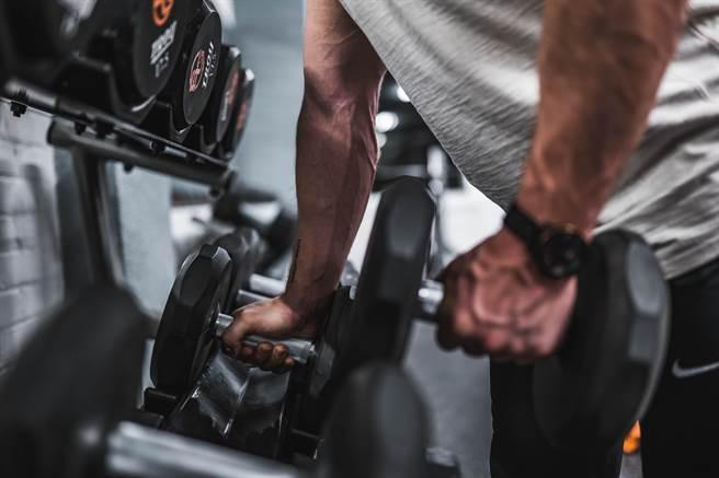 啞鈴在重量足夠的情況下練完全身都不是問題。(取自網路)