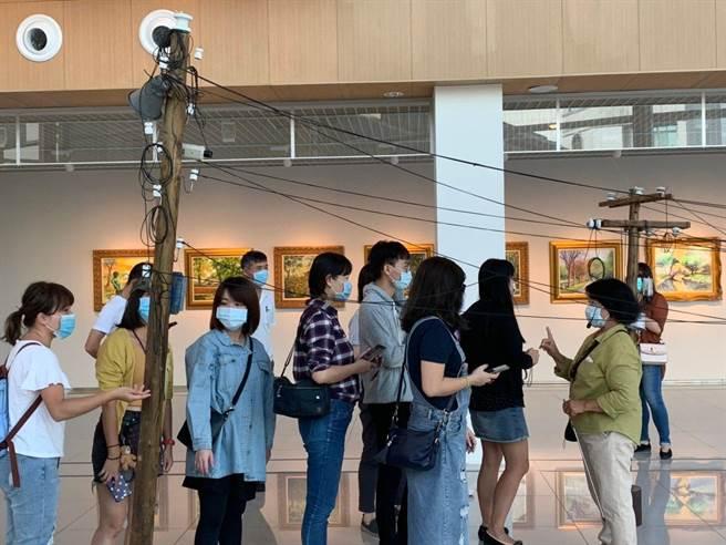 踩線團旅社社業者參觀剛開幕的嘉義市立美術館。(嘉義市政府提供)