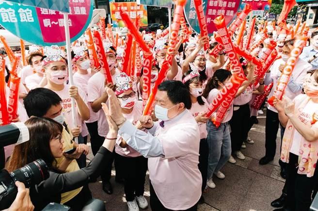 遠東集團董事長徐旭東(前右)28日出席SOGO百貨週年慶造勢活動,向員工們加油打氣,一起為週年慶打拚,衝出業績。(郭吉銓攝)