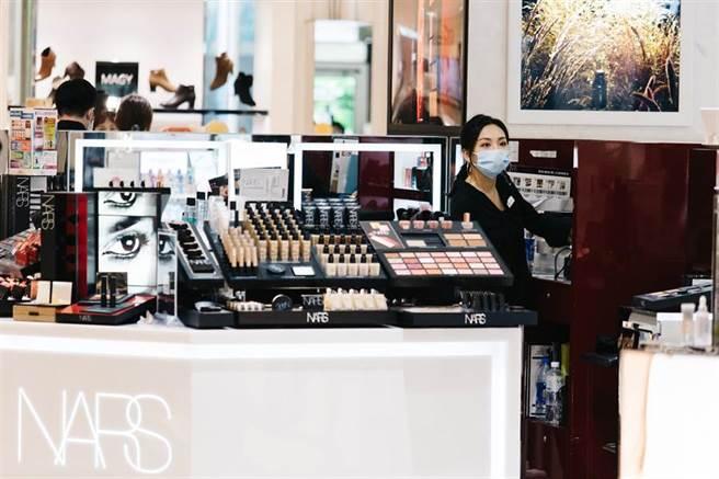 SOGO百貨週年慶起跑,百貨專櫃服務人員上妝、進行開店前準備,期望拚出好業績。(郭吉銓攝)
