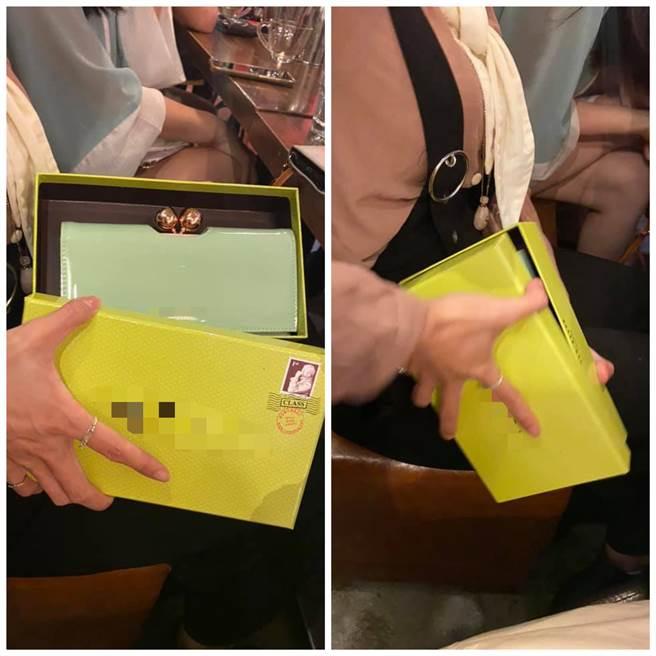 網友貼出好友的錢包「自帶護體」,令他笑到不行。(圖擷取自爆廢1公社)