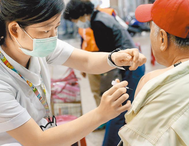 圖為長者前往社區接種站,施打公費流感疫苗。(范揚光攝)