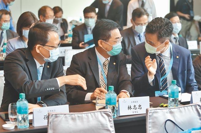 民航局與航發會27日舉辦2020飛航安全管理高峰會,長榮航空總經理孫嘉明(左起)、立榮航空董事長林志忠、星宇航空執行長翟健華在會議開始前談笑甚歡。(杜宜諳攝)