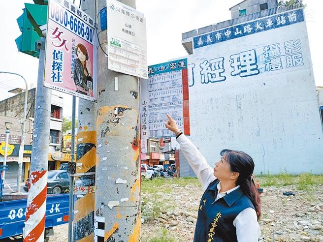 身高151公分的嘉義縣朴子市市民代表黃陳伯蓮說,公車時刻表放太高,連她要看上面寫的字都很吃力。(張毓翎攝)