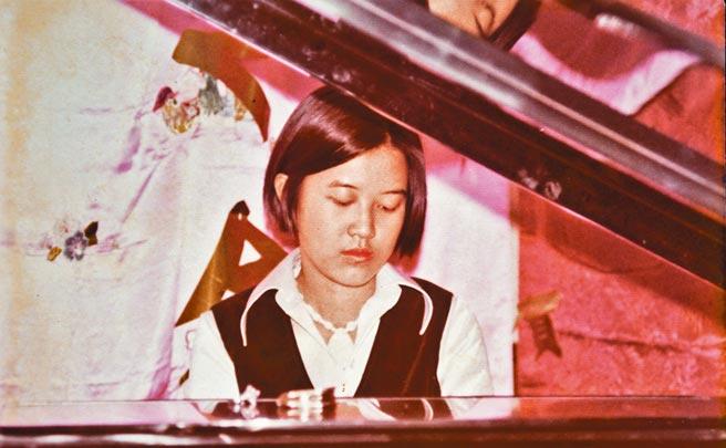 羅青婚禮晚宴,羅霈穎彈琴於希爾頓飯店。(羅青提供)