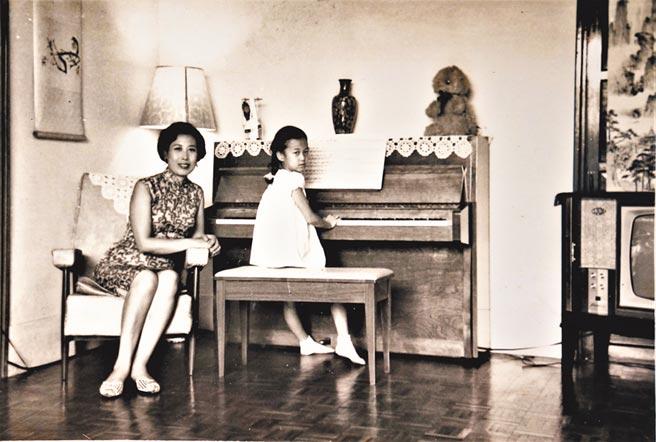 羅霈穎小一時練習彈琴的神情。(羅青提供)