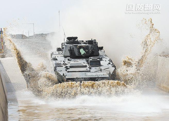 9月底,大陸解放軍海軍陸戰隊某旅組織裝甲車輛進行越野訓練。(取自大陸國防部)