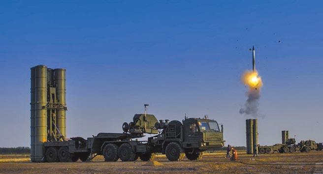 大陸解放軍演練時發射S-300防空飛彈。(取自中國軍網)