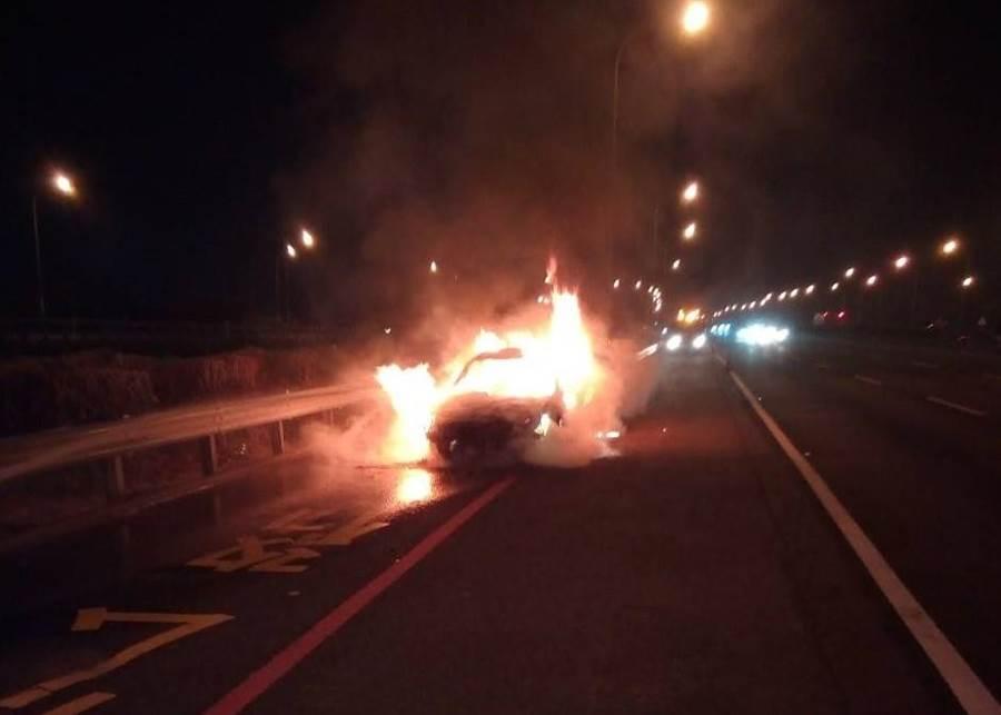 國道1號北向299.8公里處27日晚20時30分發生自小客車火燒車意外,查獲一名非法移工。(讀者提供/劉秀芬台南傳真)