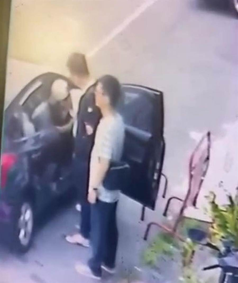 嘉義市警方逮捕穿黑衣服的劉嫌,並搜索其車子起獲毒品。(讀者提供)