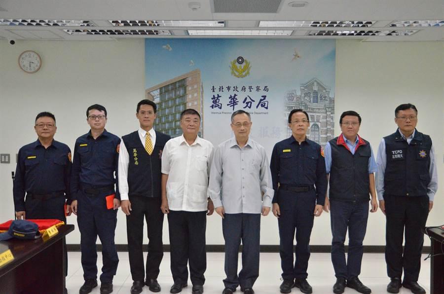 警政署長陳家欽(右四)慰勉連破3案的萬華分局。(警方提供/陳鴻偉台北傳真)
