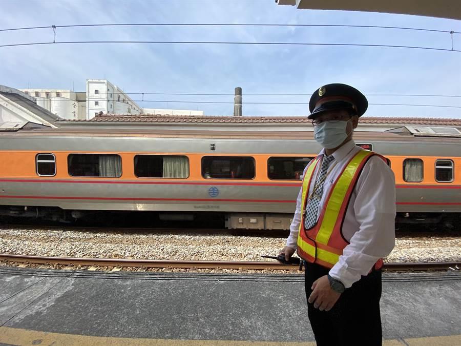 值班站長徐銘燦說明發現斷軌後立刻封鎖東正線。(曹婷婷攝)