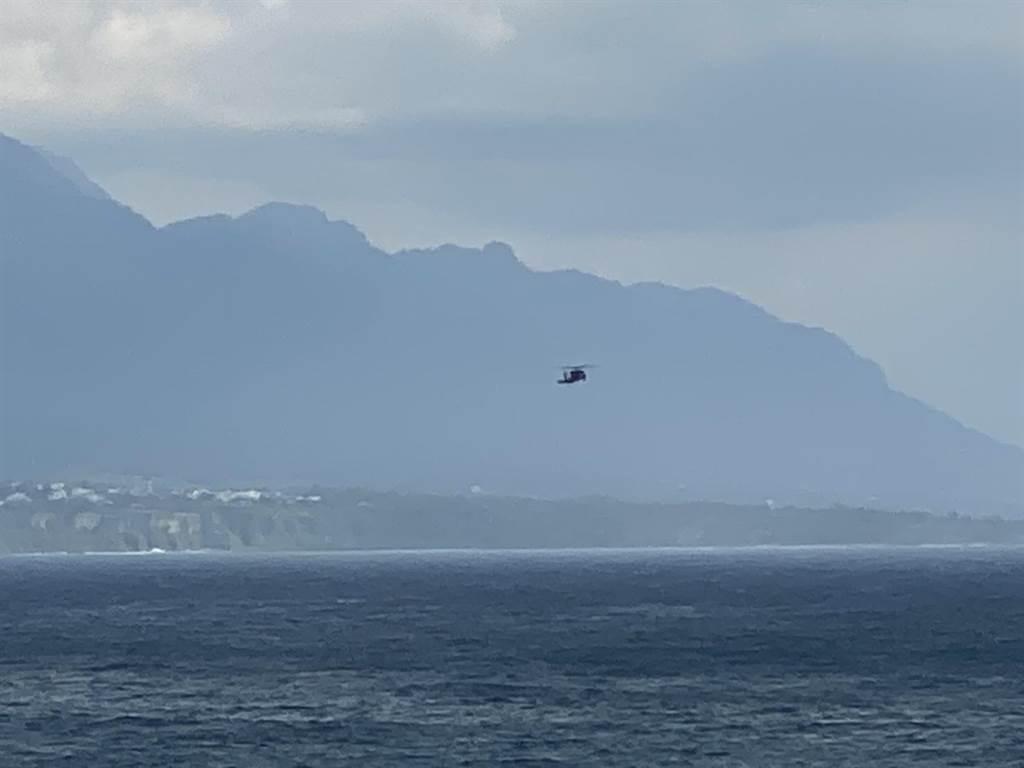 軍方出動直升機搜索墜落戰機。(蔡旻妤攝)