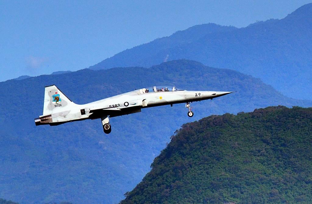 服役47年的F5系列戰機,因「勇鷹」延後兩年交機,延後汰除,今晨再傳墜機、飛官殉職事故。(中時資料照 莊哲權攝)