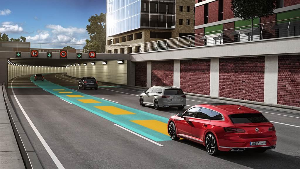 透過全速域 ACC主動式固定車距巡航系統,讓長途駕駛更加安全輕鬆。