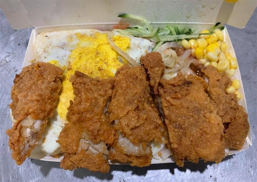 網友PO出的「卡拉雞腿肉燥飯」,有小黃瓜、荷包蛋、玉米,還有剛炸好的雞腿。(圖/截自臉書「美食公社」)